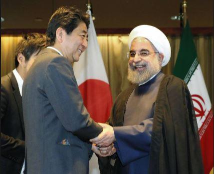 Perdana Menteri Jepang Shinzo Abe (tengah) berjabat tangan dengan Presiden Iran Hassan Rouhani (Foto: The Japan Times)
