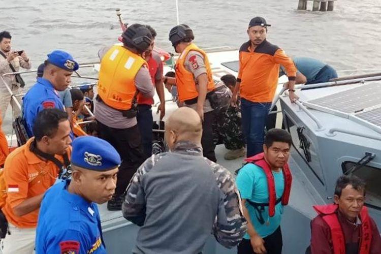 sejumlah ABK KM Mina Sejati dengan saat dievakuasi dengan menggunakan Speedboat dari KRI Teluk Lada untuk dibawa ke Pelabuhan Dobo. (KOMPAS.com)