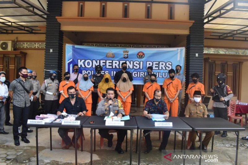 Kapolres Indragiri Hulu, Riau, AKBP Efrizal memberikan keterangan pers pengungkapan perbuatan terlarang yang narkoba melibatkan ibu, anak dan menantu. (Antara).