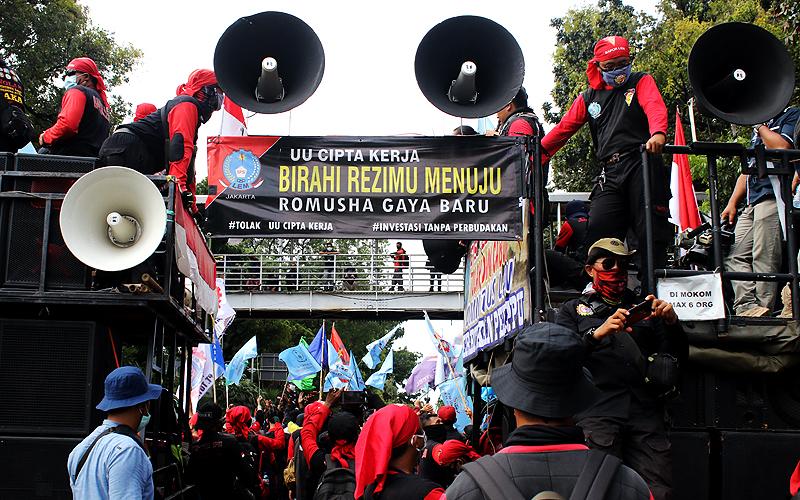 Massa aksi yang tergabung dalam elemen buruh melakukan aksi unjuk rasa menolak tolak omnibus law UU Cipta Kerja di kawasan Jalan Merdeka Barat, Jakarta, Kamis (22/10). Demonstrasi berjalan tertib dan massa membubarkan diri tanpa ada keributan massa dengan pihak keamanan. Robinsar Nainggolan